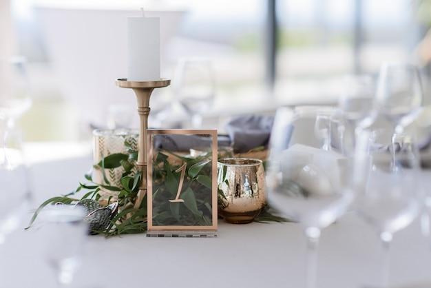 Close-up van het serveren van de bruiloftstafel in het restaurant