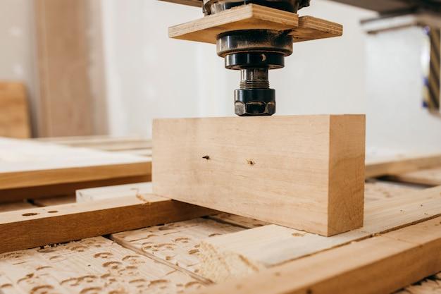 Close-up van het snijden van hout op een cnc-freesmachine in garage