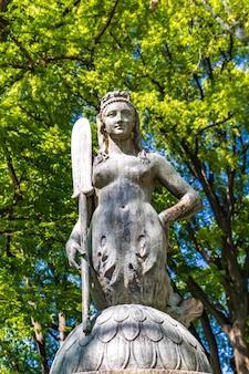 Close-up van het standbeeld van de brugmeermin in het park sempione in milaan, italië