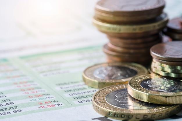 Close-up van het stapelen van pond sterling munten op wisselkoers van de krant
