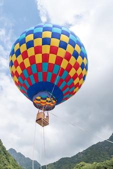 Close-up van heteluchtballonnen met rode, gele en blauwe vlekken op de berg