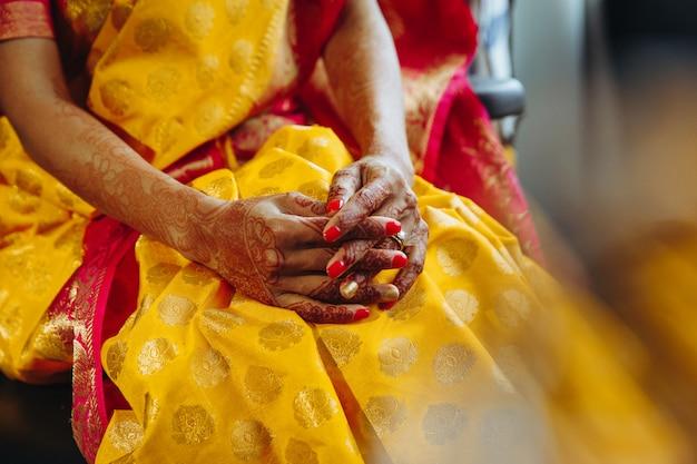 Close-up van hindoe bruid handen bedekt met henna tatoeages