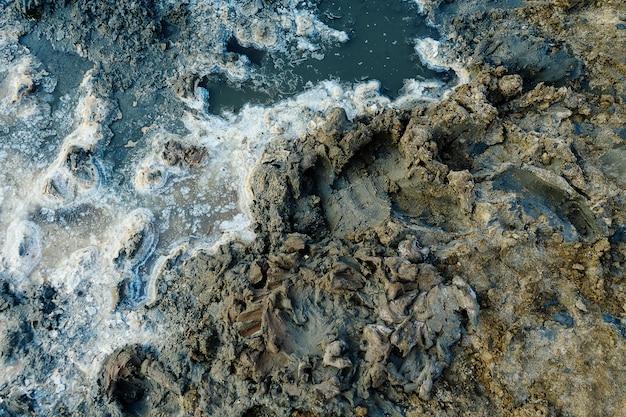 Close up van hoge resolutie textuur van gekristalliseerd zout in een meer. ruimtelandschappen. mooie kleuren van de natuur. fototafel voor op reis. gedroogd zeezout in de grond