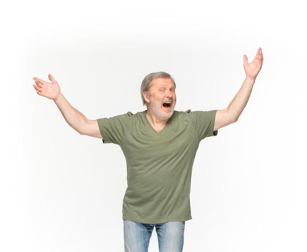 Close-up van hoger man lichaam in lege groene t-shirt die op wit wordt geïsoleerd
