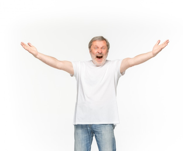 Close-up van hoger man lichaam in lege witte t-shirt die op witte achtergrond wordt geïsoleerd.
