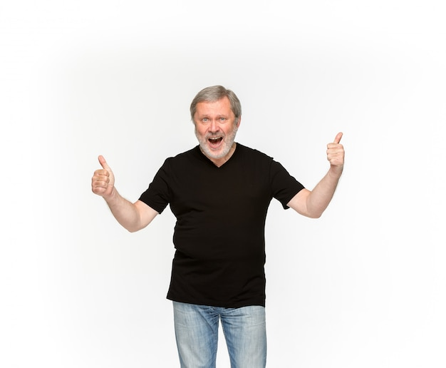 Close-up van hoger man lichaam in lege zwarte t-shirt die op wit wordt geïsoleerd