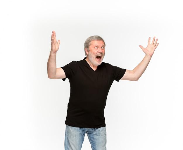 Close-up van hoger man lichaam in lege zwarte t-shirt die op witte achtergrond wordt geïsoleerd.