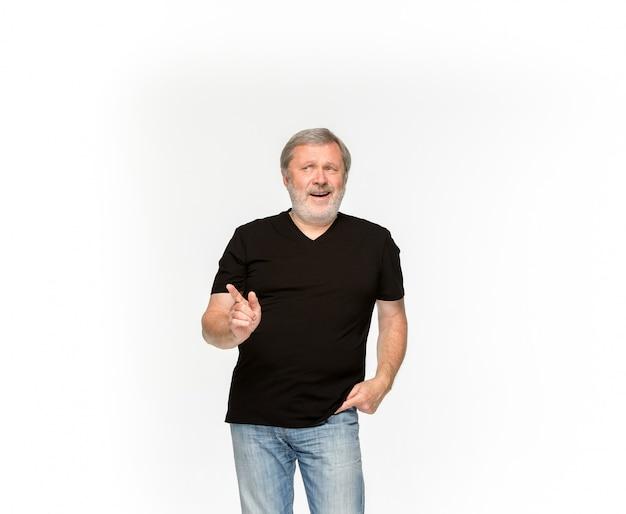 Close-up van hoger man lichaam in lege zwarte t-shirt die op witte ruimte wordt geïsoleerd. bespotten voor ontwerpconcept