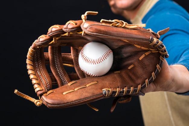 Close-up van honkbal in handschoen