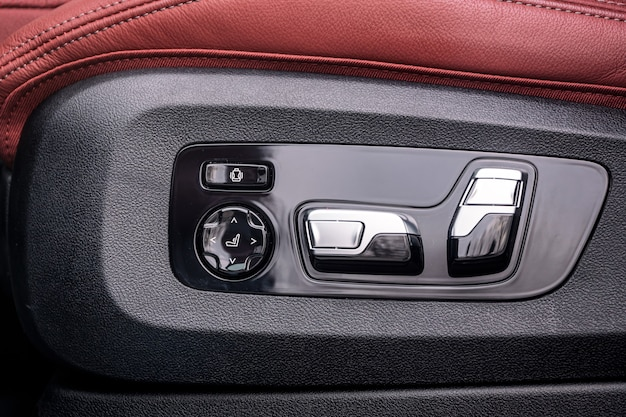 Close-up van hoogte- en positie-instelpaneel voor lederen bestuurdersstoel