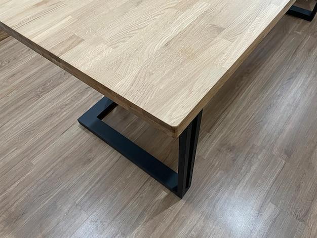 Close-up van houten meubelen, eiken houten tafel, meubeldetail voor interieur.