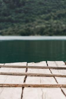 Close-up van houten pier voor meer