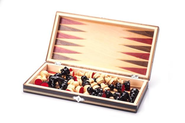 Close-up van houten schaakstukken aan boord. geïsoleerd op witte achtergrond