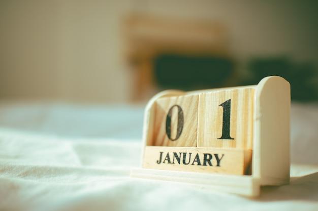 Close-up van houten stukken met tex 01 januari in het concept nieuw jaar.