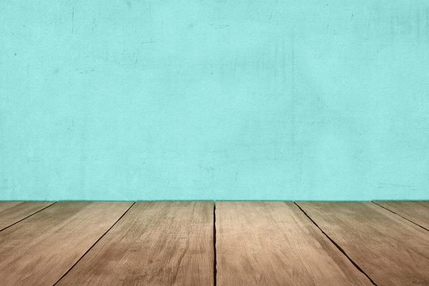 Close-up van houten vloer met blauwe muur achtergrond