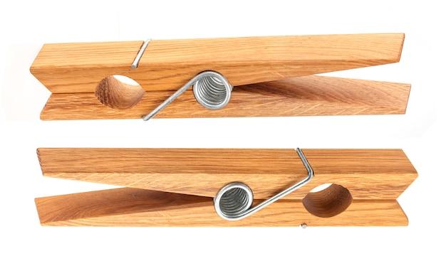 Close-up van houten wasknijper die op wit wordt geïsoleerd