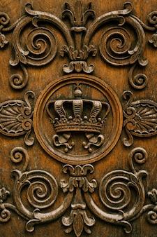 Close-up van houtsnijwerk - kroon en krullen.
