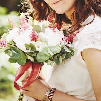 Close-up van huwelijksbloemen in handen