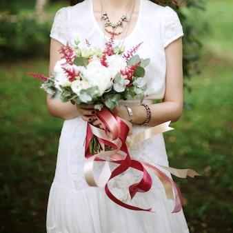 Close-up van huwelijksbloemen met vliegende linten