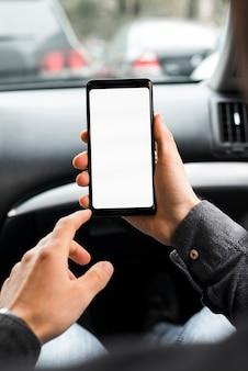 Close-up van iemands hand met behulp van mobiele telefoon met wit scherm
