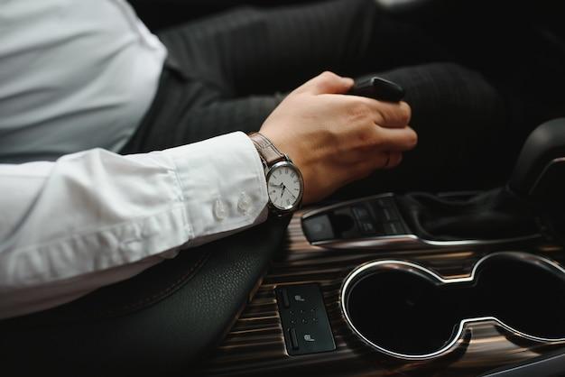Close-up van iemands hand veranderende versnelling tijdens het auto rijden