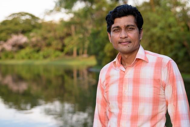 Close-up van indiase man tegen schilderachtig uitzicht op het meer