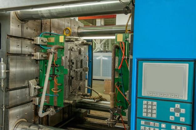 Close-up van industriële vormpersmachine voor de vervaardiging van plastic onderdelen met behulp van polymeren