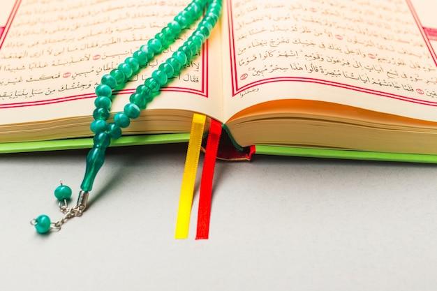 Close-up van islamitische boek heilige koran
