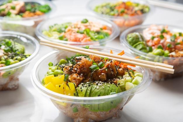 Close-up van japanse afhaalmaaltijden, por kommen.