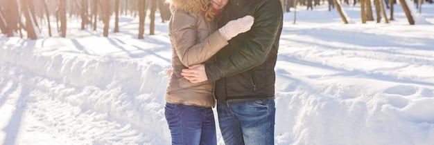 Close-up van jong koppel in winter park met plezier. familie buitenshuis. liefde
