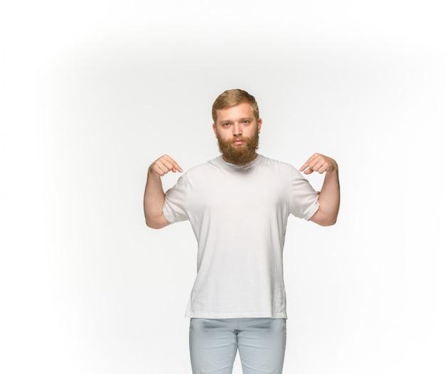 Close-up van jong man lichaam in lege witte t-shirt die op witte achtergrond wordt geïsoleerd. bespotten voor ontwerpconcept