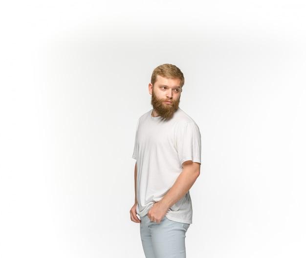 Close-up van jong man lichaam in lege witte t-shirt die op witte achtergrond wordt geïsoleerd.