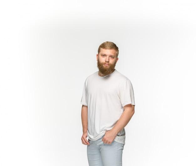 Close-up van jong man lichaam in lege witte t-shirt die op witte ruimte wordt geïsoleerd. bespotten voor ontwerpconcept