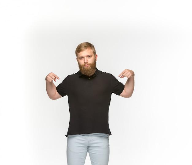 Close-up van jong man lichaam in lege zwarte t-shirt die op witte achtergrond wordt geïsoleerd. bespotten voor ontwerpconcept