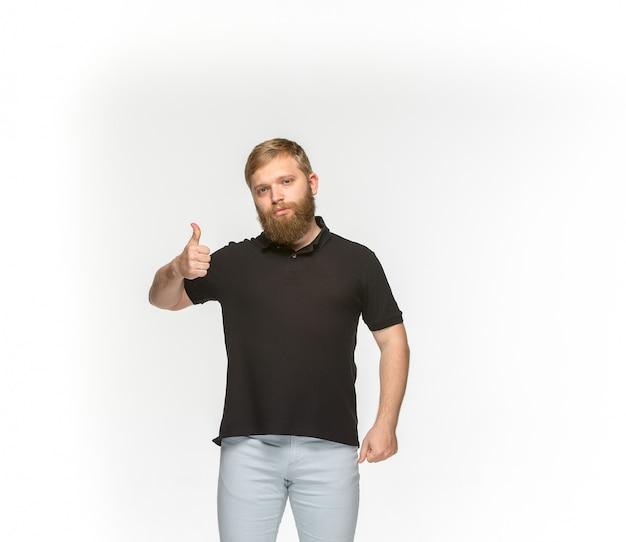 Close-up van jong man lichaam in lege zwarte t-shirt die op witte ruimte wordt geïsoleerd. bespotten voor ontwerpconcept