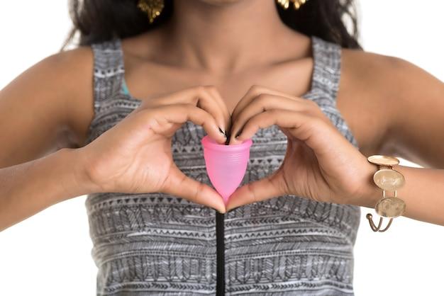 Close-up van jong meisje handen met menstruatiecup, gynaecologie concept, duimen opdagen voor goedkeuring van het gebruik van de menstruatiecup