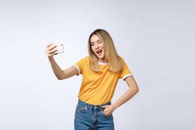 Close-up van jonge aziatische mooie vrouw die selfie