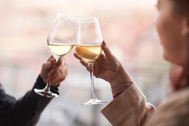 Close-up van jonge gelukkige paar champagne drinken tijdens een romantische date in het restaurant