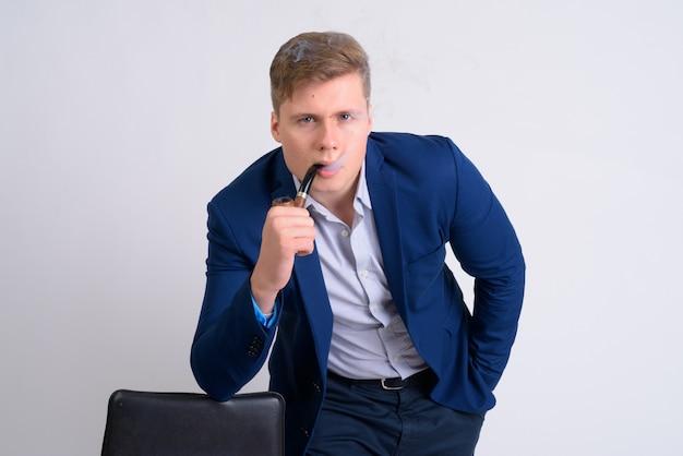 Close up van jonge knappe blonde zakenman in pak geïsoleerd