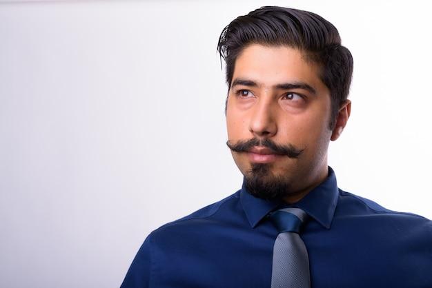 Close up van jonge knappe perzische zakenman met snor geïsoleerd