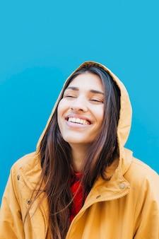Close-up van jonge lachende vrouw die hoodie draagt