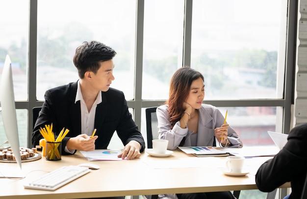 Close-up van jonge mensen met zakelijke bijeenkomst in kantoor