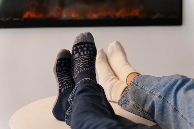 Close-up van jonge volwassenen die genieten van thuiscomfort