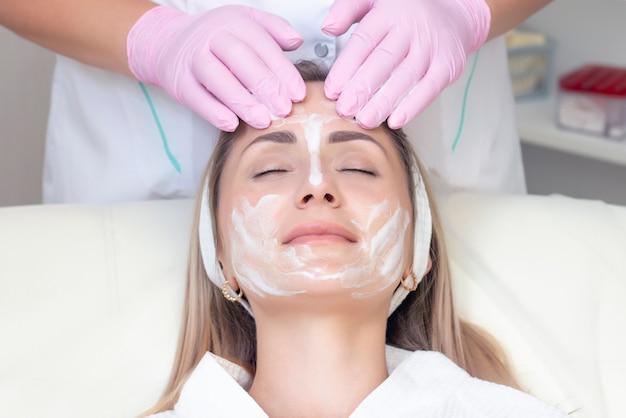 Close-up van jonge vrouw die gezichtsreinigingsprocedure in de schoonheidssalon ontvangt