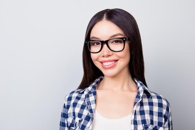 Close up van jonge vrouw in bril in casual kleding