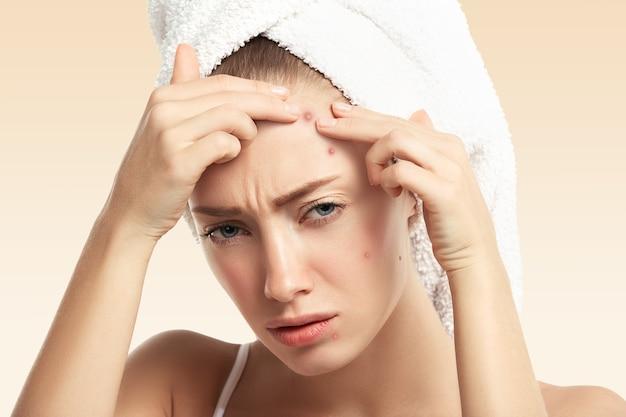 Close-up van jonge vrouw met handdoek op hoofd
