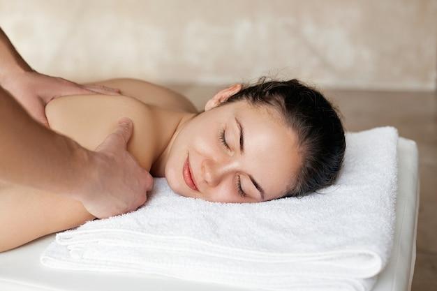 Close up van jonge vrouw spa massage behandeling krijgen bij beauty spa salon