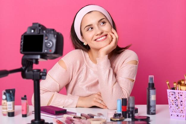 Close-up van jonge vrouwelijke blogger die nieuwe video opneemt