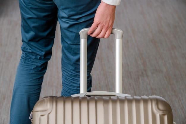 Close up van jonge zakenman met koffer bagage op de luchthaven