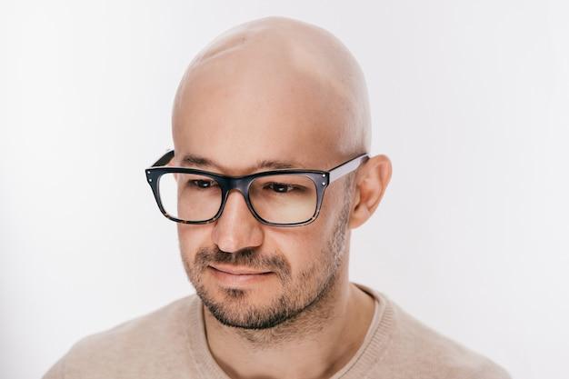 Close-up van kaal mannelijk hoofd na oncologieverrichting.